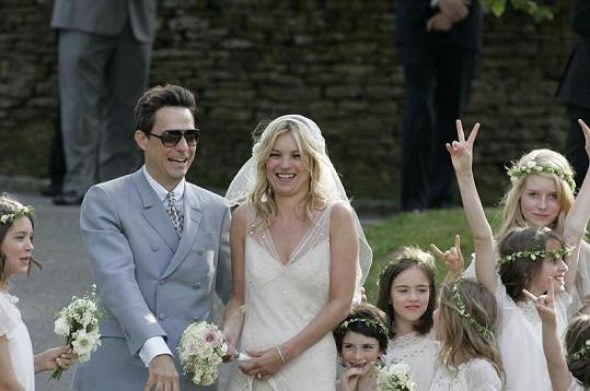 Sympatičtí novomanželé Kate Moss a Jamie Hince.