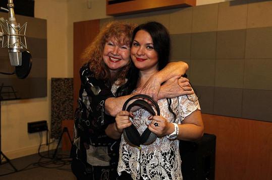 Magda se svojí učitelkou zpěvu a kamarádkou Lídou Nopovou. Všimněte si, že opět chybí podprsenka.