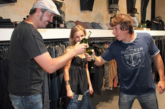 Martin Kraus si na uvítanou ťuká s majitelem obchodu lahváčem.