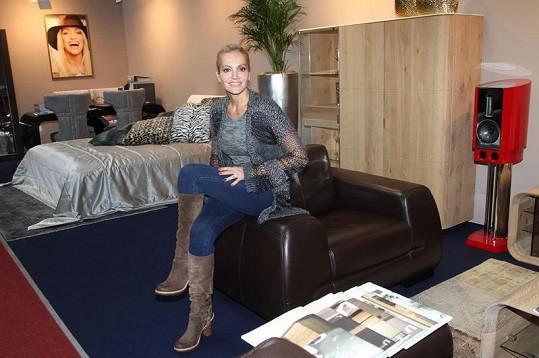 Dara vybrala pro galerii vlastní řadu designového nábytku, která vycházela z jejího vytříbeného vkusu.