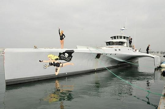 Pamela pózovala na lodi.