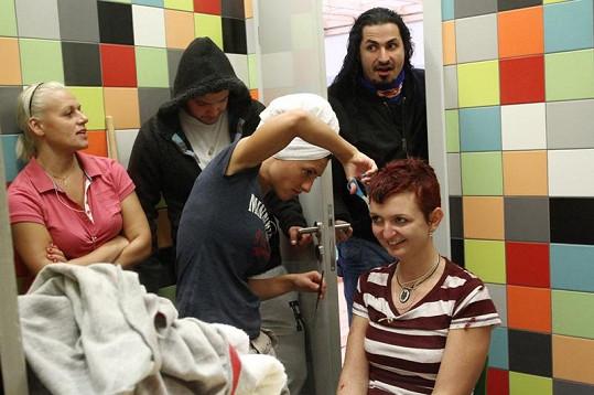 Zvědavý byl i Vladko, který přišel o vlasy v první řadě.