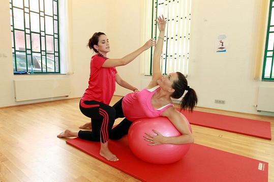 Libuška Vojtková při cvičení s těhotnou.