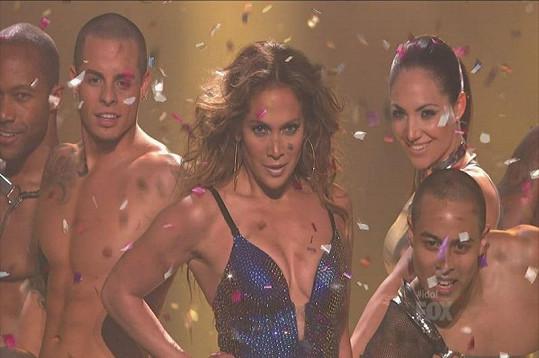 Lopez na konci show s Casperem po své pravici.