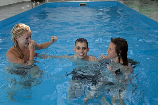 Zuzana Podkonická, Pavel Duda a Octavia McKenzie řádili v bazénu.