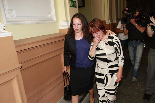 Zdrcená manželka zesnulého Rotrekla Olga a dcera Lenka u soudu.