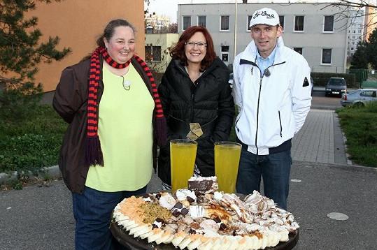Zuzana s doktorkou Cajthamlovou a Petrem Havlíčkem u stolu hrůzy.
