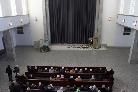 Smuteční hosté před pohřbem Vlasty Janečkové.