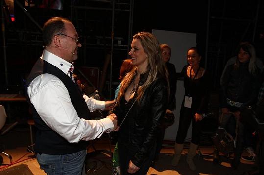 Během pauzy přišla Monika pozdravit rodinného kamaráda Michala Davida.