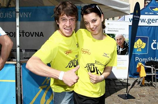 Petra Horváthová se svým hereckým kolegou z Cest domů Martinem Krausem.