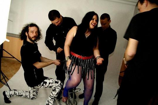 Leona se svou kapelou Rockle.