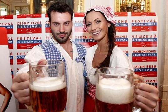 Noid pije pivo prý hlavně kvůli jeho obsahu vitamínu B, který je blahodárný na hlasivky.