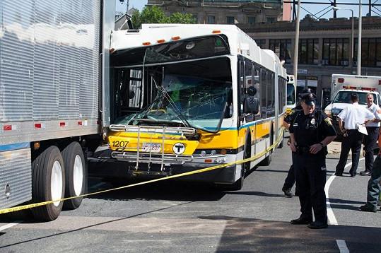 V Bostonu se při natáčení srazil autobus s náklaďákem.