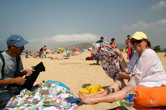 Na pláži si Iva nejen opakovala texty, ale komunikovala i s místními prodavači.