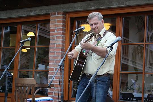 Petr Bendl a jeho kytarové sólo na svatbě Romana Horkého.