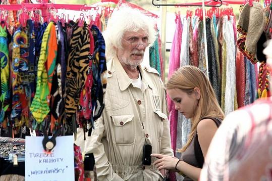 Petr Hapka s mladinkou blondýnkou.