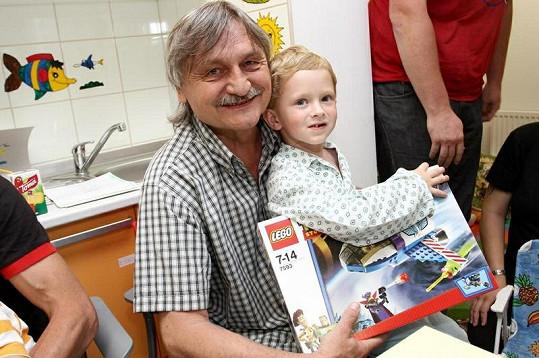 Pavel Soukup předal dětem lego.