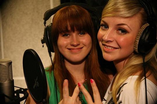 Dvě krásné teenagerky spolu nazpívaly duet.