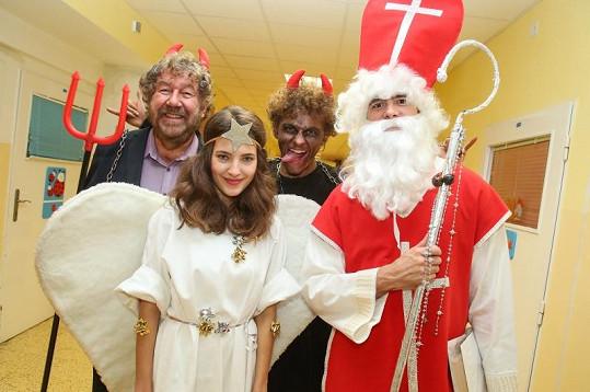 Sara Sandeva coby hodný anděl obdarovala děti v nemocnici.