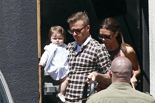 Beckhamovi opouštějí sushi bar v Los Angeles.