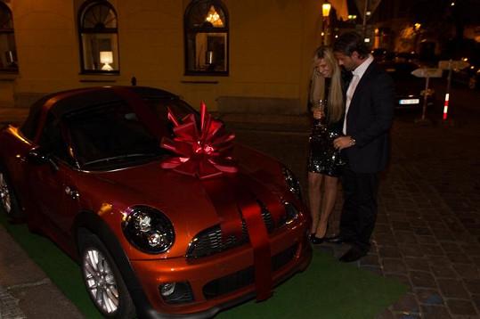 Místo bonboniéry dostala Tamara Kotvalová od přítele auto za milión.