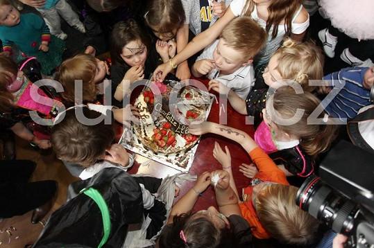 Poté, co Charlottka sfoukla svíčky, vrhly se na něj všechny přítomné děti a začaly z něj uzobávat