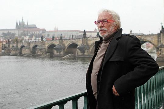 Pierre Richard na Smetanově lávce u Vltavy.