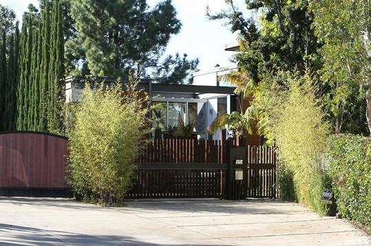 Vjezd k luxusnímu domu, jehož koupi prý Ashton Kutcher zvažuje.