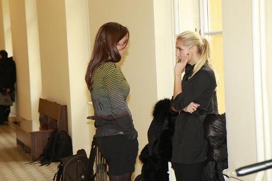 Dara před soudní síní s manažerkou Evou Skallovou.