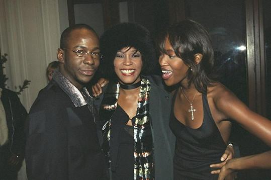 Ještě hubený Bobby Brown se svou tehdejší ženou a modelkou Naomi Campbell na snímku z roku 1999.