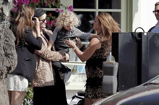 Téměř tříletý chlapec putuje od maminky k babičce.