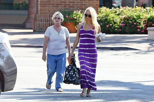 Pamela Anderson s maminkou Carol v Malibu.