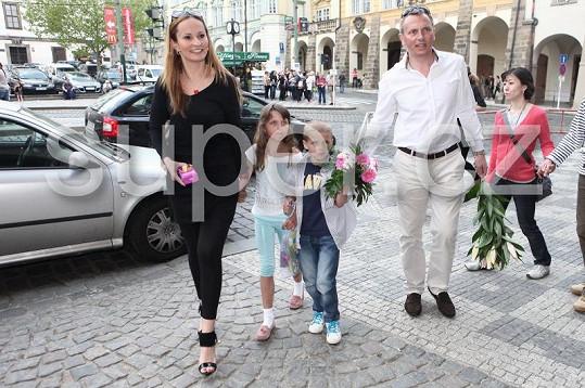 Na narozeninovou oslavu dorazila i Monika Absolonová s přítelem Vratislavem a jeho dětmi.