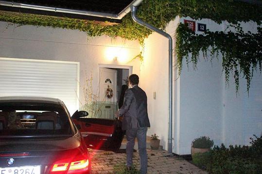 Domenico vchází do dveří, které mu otevřela schovaná Iveta Bartošová.