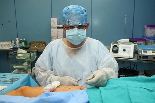 Chirurg Štiegler tahá zlobící žilku z nohy.