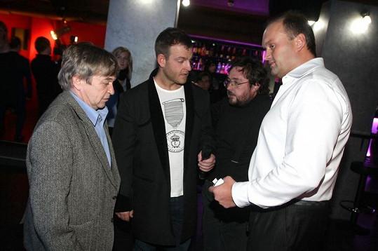 Marek Vít na večírku s Romanem Skamene a kamarády.