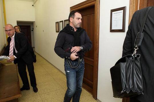Červín vchází do soudní síně. Kautmanová se z důvodu nemoci nezúčastnila.