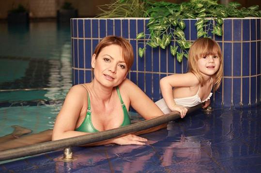 Jolana Voldánová s dcerou Kačenkou. Sluší jí to i v plavkách.