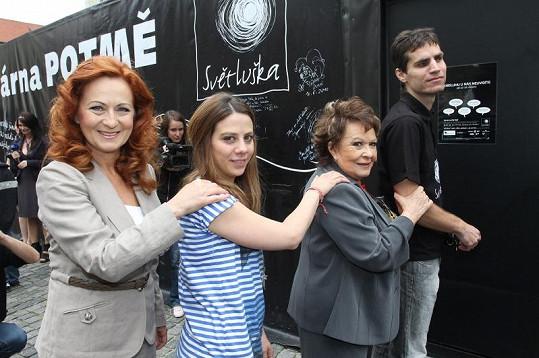 Celebrity otevíraly kavárnu Potmě.