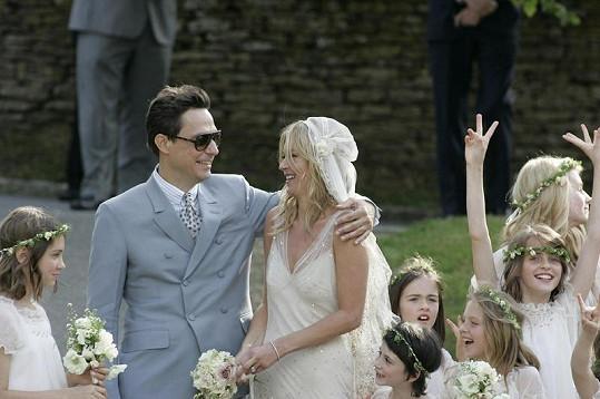 Zplihlé vlasy s neforemným závojem a postavě nelichotící šaty Kate jako nevěstě příliš nesvědčily.