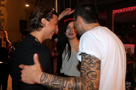 Soňa a Matyáš se dost dobře bavili s majitelem Bar-Baru DJem Uwou.