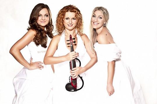 Kateřina a Irena s třetí kolegyní, šéfkou kapely Markétou Muzikářovou.