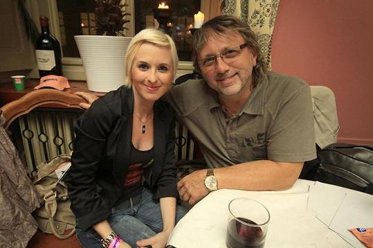 Dalibor Janda na tiskovku skupiny Lunetic dorazil s dcerou.