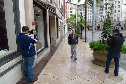 V pozadí slavný hotel Beverly Wilshire, kde bydlela Julia Roberts jako Pretty Woman.