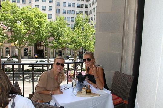 Dara s kamarádkou Martou v hospůdce s vyhlídkou na hotel,kde se točila Pretty Woman.
