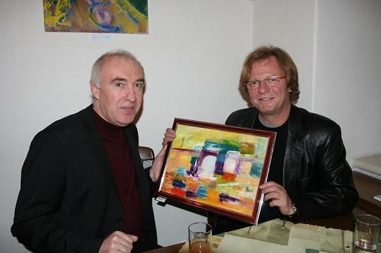 Psycholog Rostislav Prokopjuk s kmotrem své výstavy obrazů plných vesmírné energie Marošem Kramárem. Ten sám jeden obraz dostal. Výstava trvá v bratislavském Primaciálním paláci do 20. února.