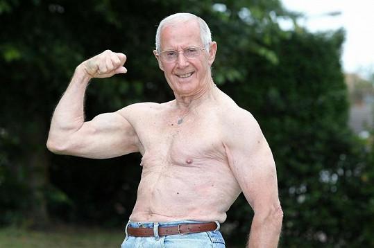 Ted Brown má i v 81 letech pořádné svaly.