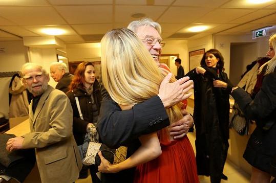 Linda objímá dědečka.
