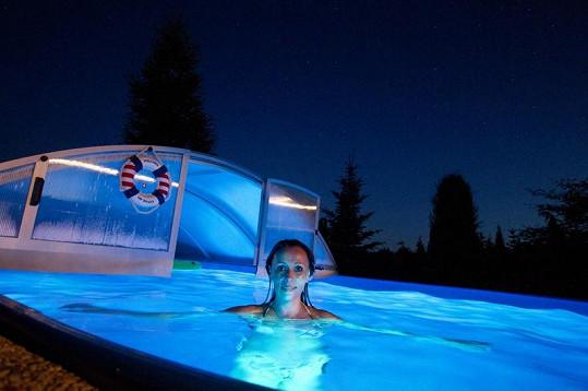 Heidi Janků má podsvícený bazén.