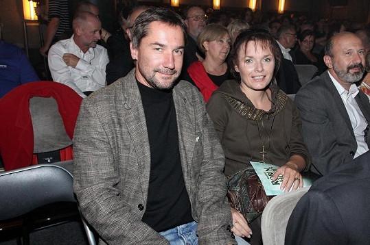Herecký pár na premiéře v divadle Kalich.